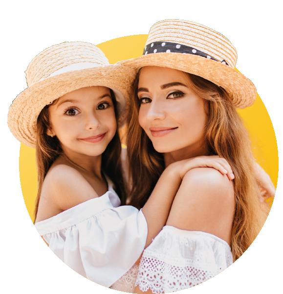 maman et sa fille qui portent un chapeau d'été