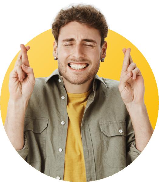 homme en chemise qui croise les doigts