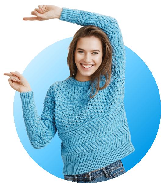 femme heureuse en pull qui pointe vers la gauche