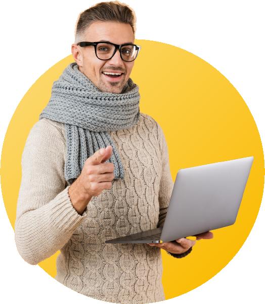 homme souriant avec un ordinateur portable