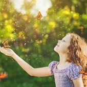 Inneres Sonnenkind spielt mit Schmetterlingen fröhlich und unbefangen Praxis Groenesteyn