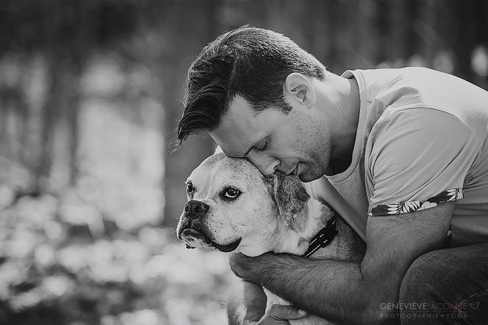 Vieux chien boxer et son humain