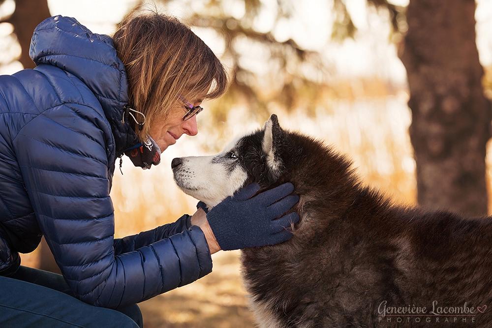 Chien husky âgé avec sa maman