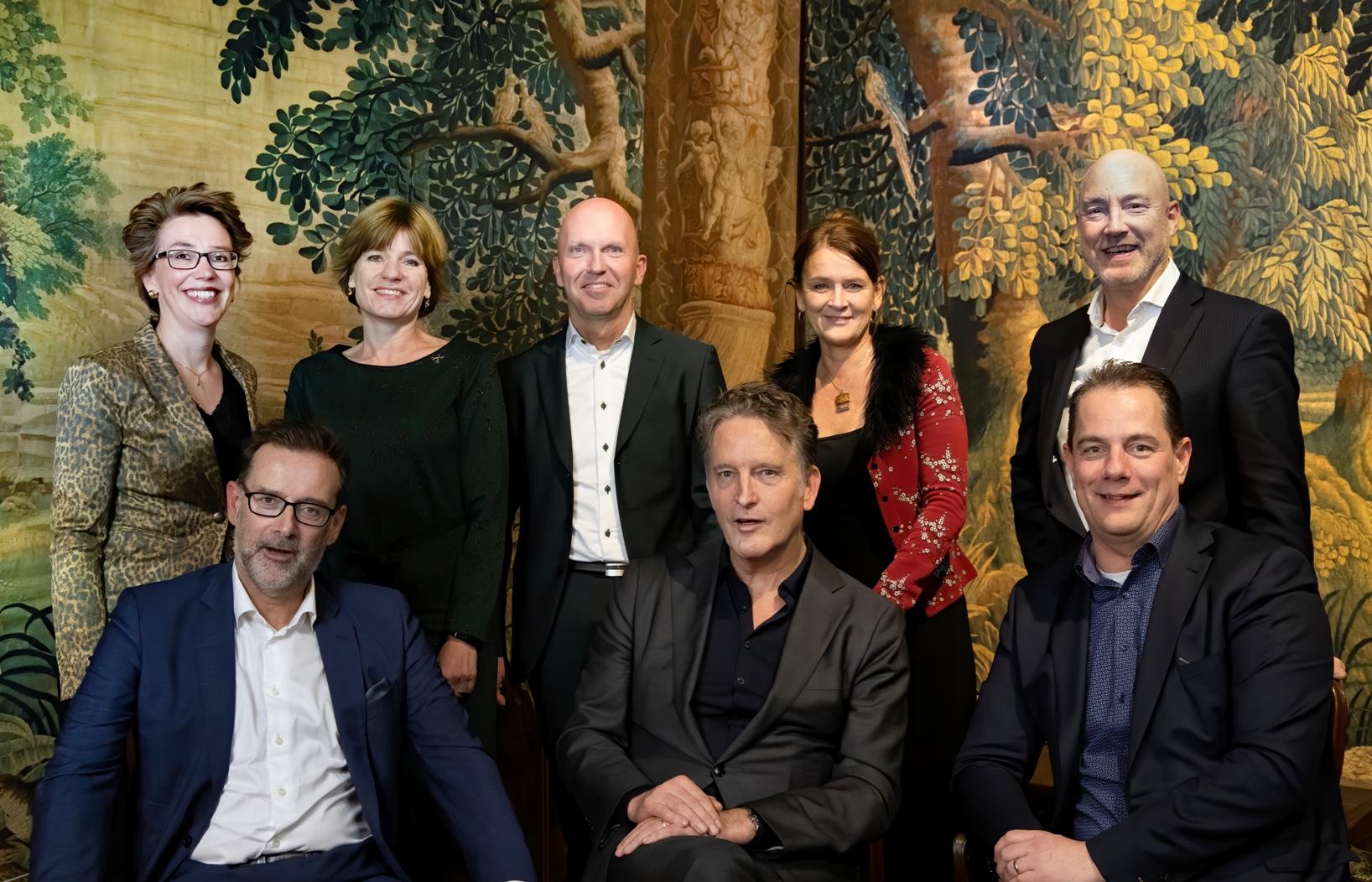 Een portret van: Hans Adriani (voorzitter Taskforce), Heleen Stigter (secretaris), Marleen Damen (VNG), Marien de Langen (Aedes), Cees van Boven (Aedes), John Bos (ActiZ), Rick Hogenboom (ActiZ), Chris Kuijpers (ministerie BZK), Marieke Kleiboer (ministerie VWS)