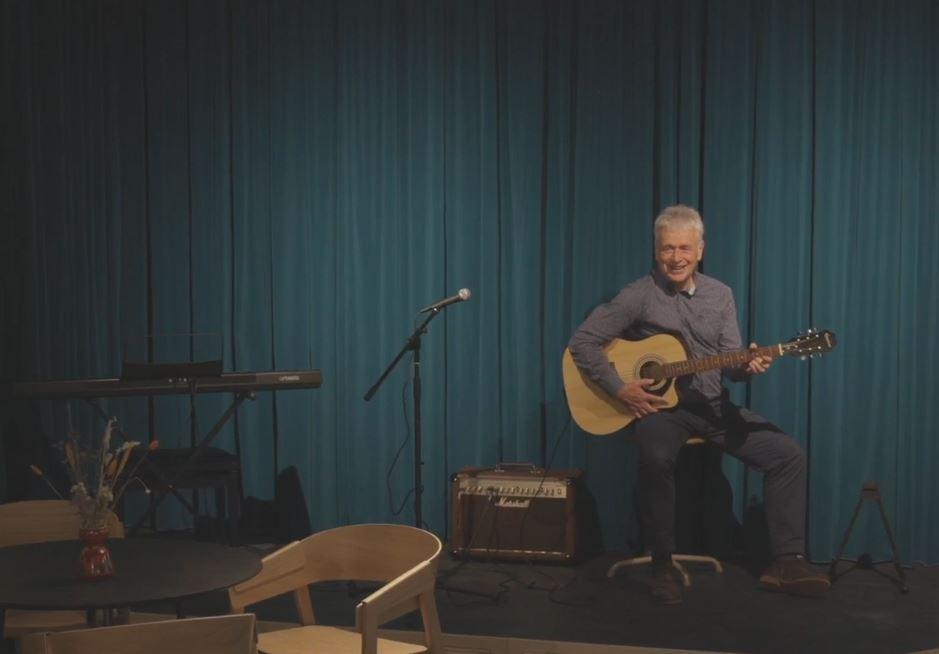 Een muziekoptreden tijdens de webinar over financiering gemeenschappelijke ruimte