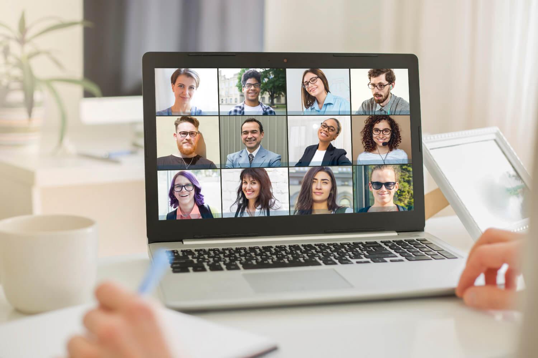 Een laptop met videocall deelnemers