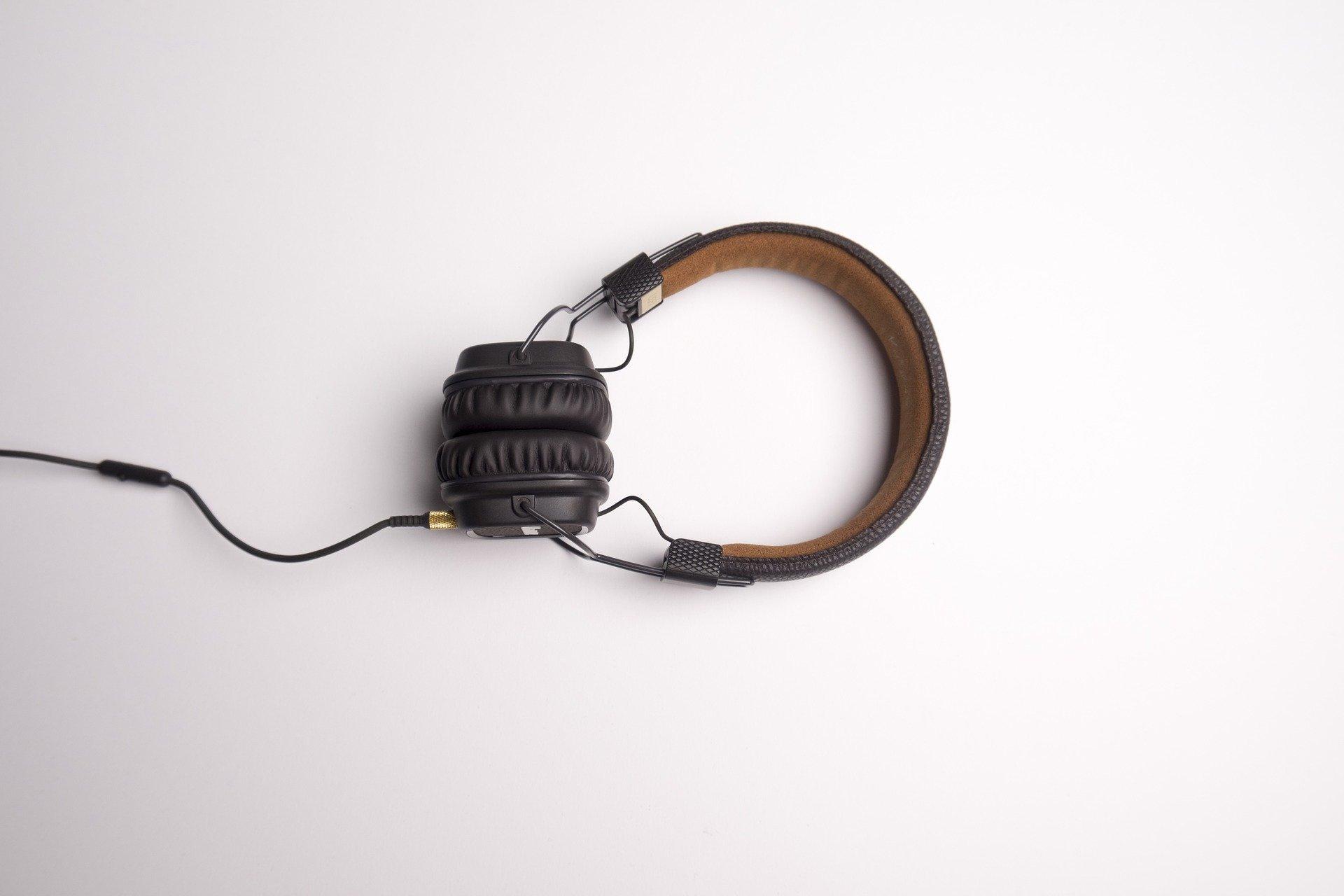 een koptelefoon tegen een witte achtergrond