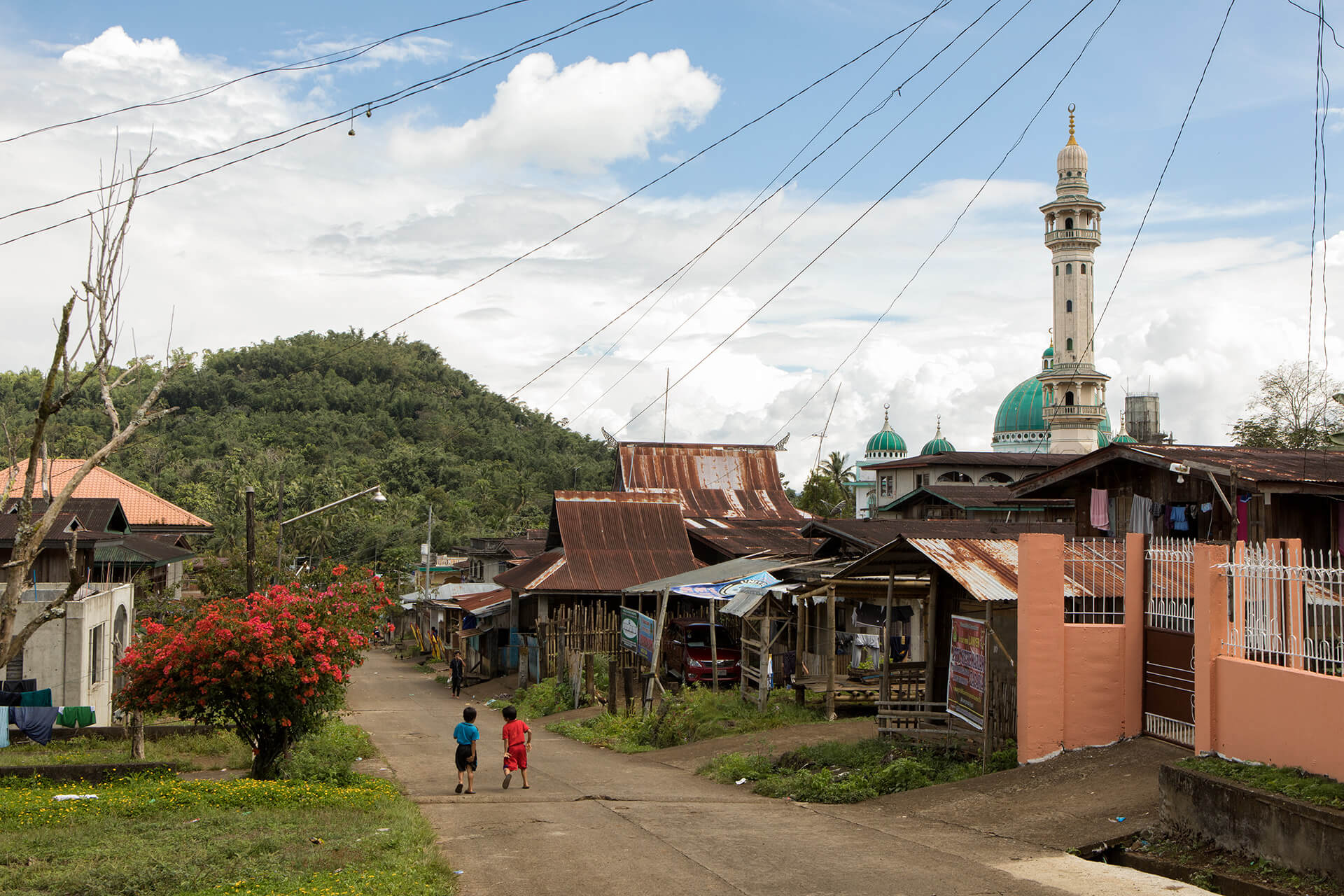 Bakwit (refugee) shelter behind the famous mosque