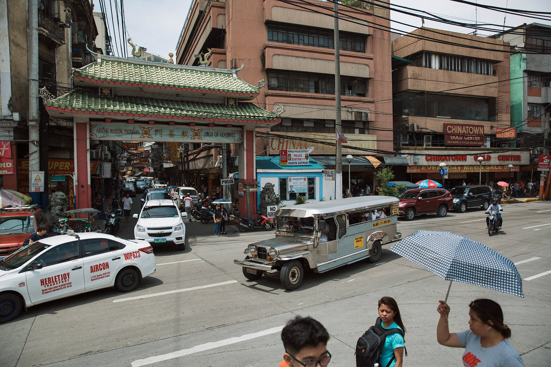 The iconic entrance to Ongpin Street Chinatown