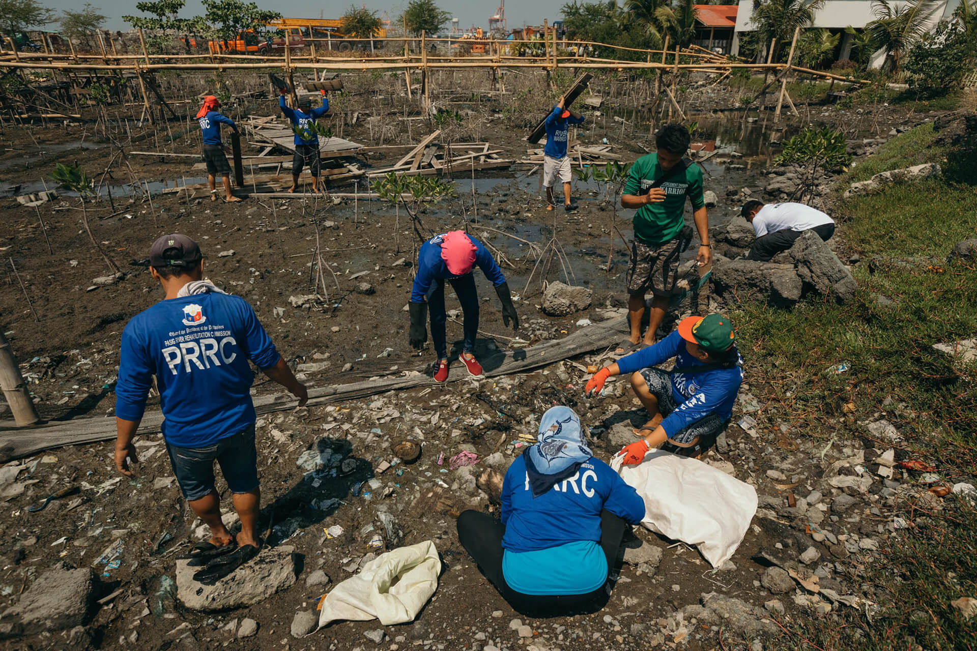 The volunteer Pasig River Warriors at work