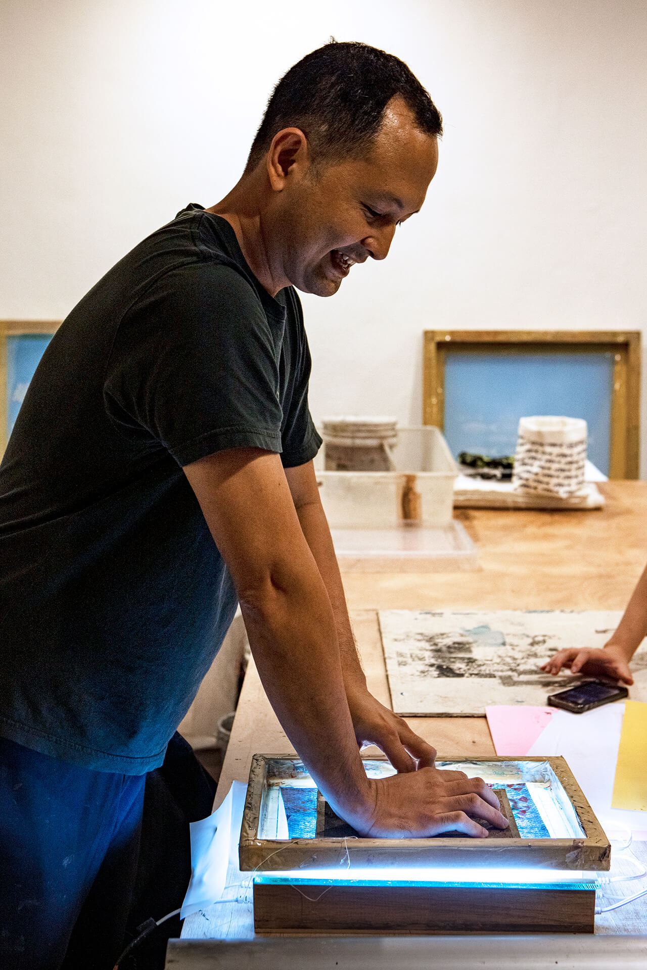 Andre Salud of Hocus Manila demonstrates silkscreen printing