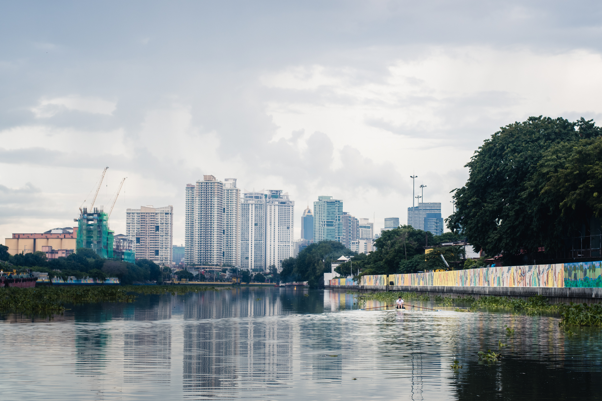 Quintin Pastrana rows a lap along the Pasig River