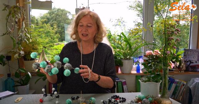 Eliane Zimmermann erklärt die Chemie der ätherischen Öle fachkundig und verständlich.