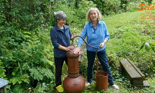 Eliane Zimmermann und Sibylle Broggi mit der grossen Alquitara Kupferdestille.