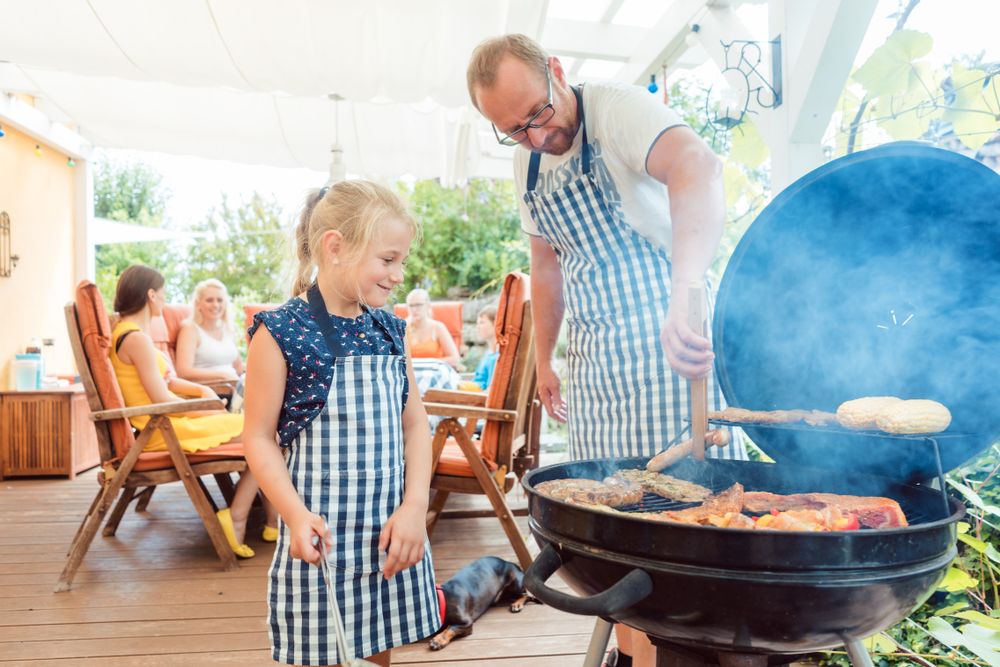 Familie am Grill