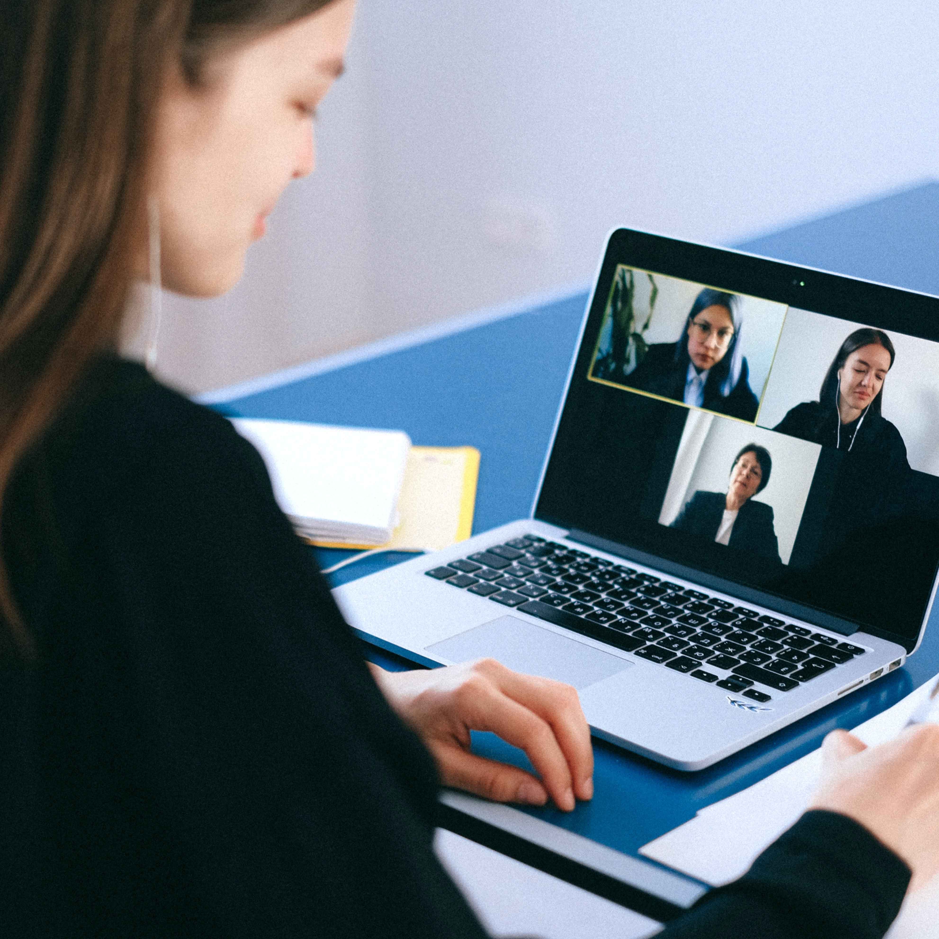 femme qiu regarde une conference digitale