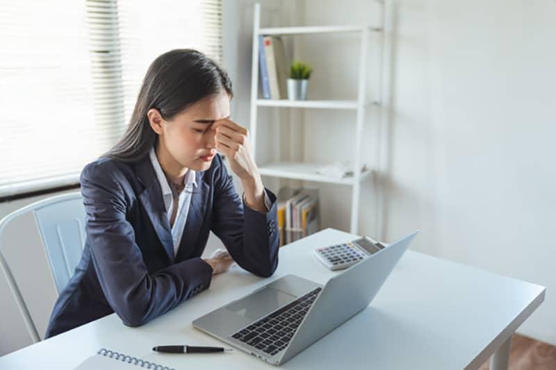 Đau đầu thường xuyên có thể là dấu hiệu ban đầu của căng thẳng trong công việc nhưng lại rất dễ bị mọi người xem nhẹ