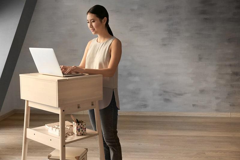 Bàn làm việc đứng là giải pháp hữu hiệu để giúp nhân viên cải thiện thói quen ngồi một