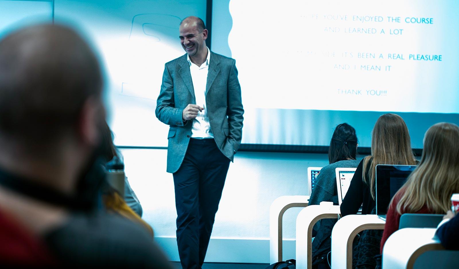 Jorge Sanchez impartiendo clase