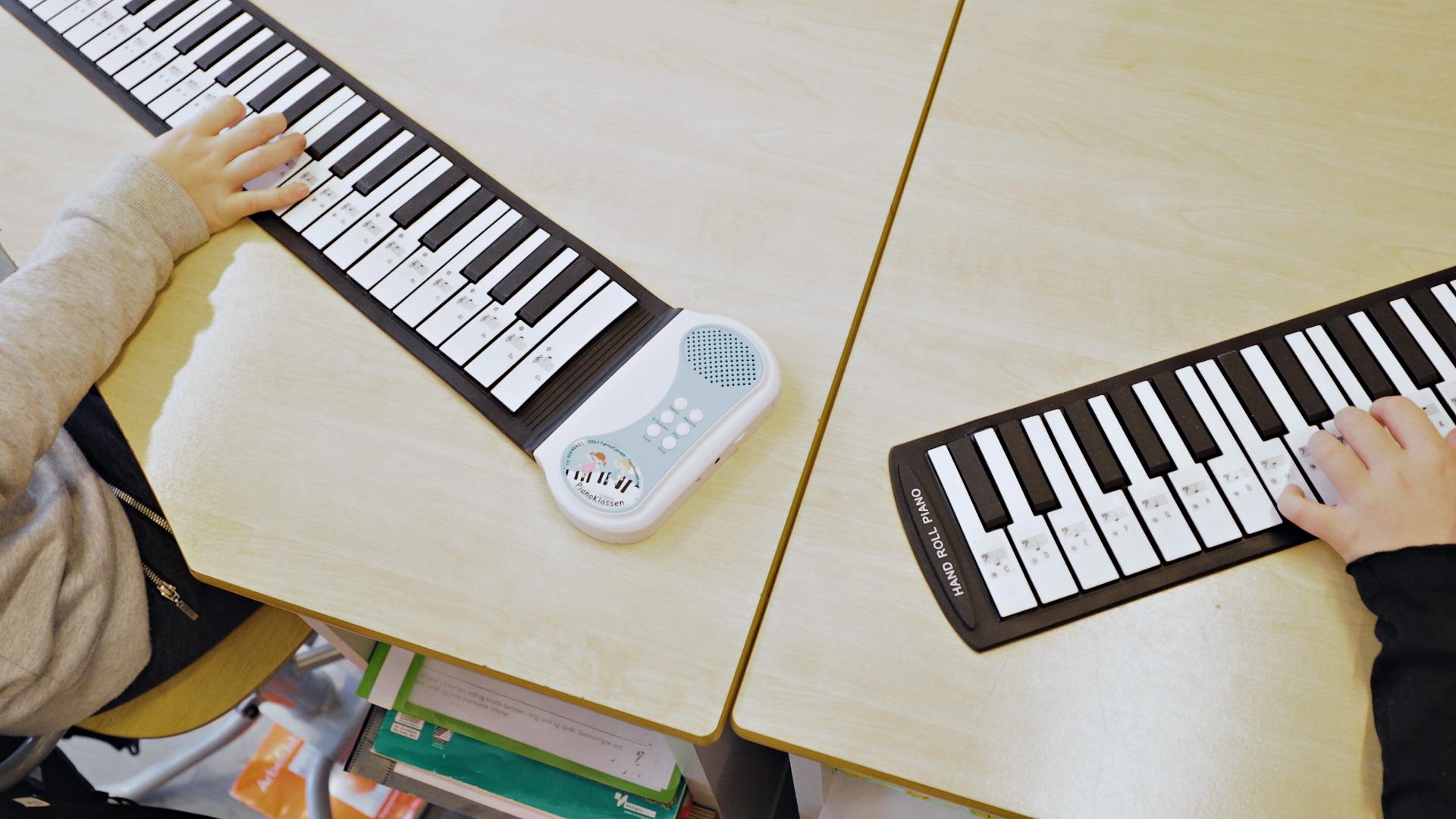 Høyre og venstre hånd for seg på pianoklassen.no