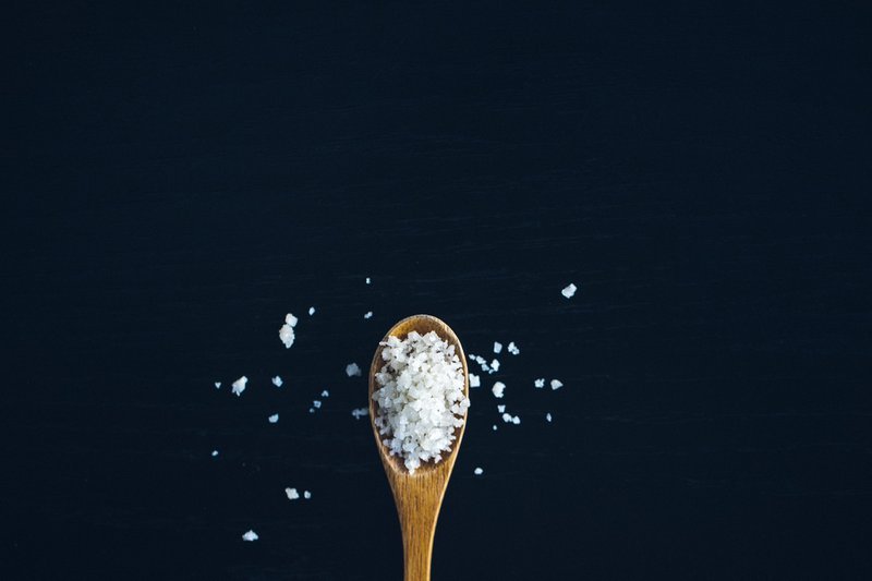 spoonful of salt that you gargle better than juice for a sore throat