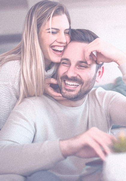 Lächelndes Paar mit strahlend weißen Zähnen