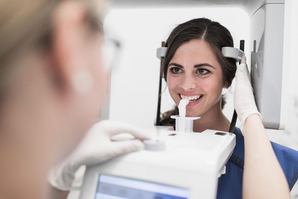 Patientin beim Röntgen