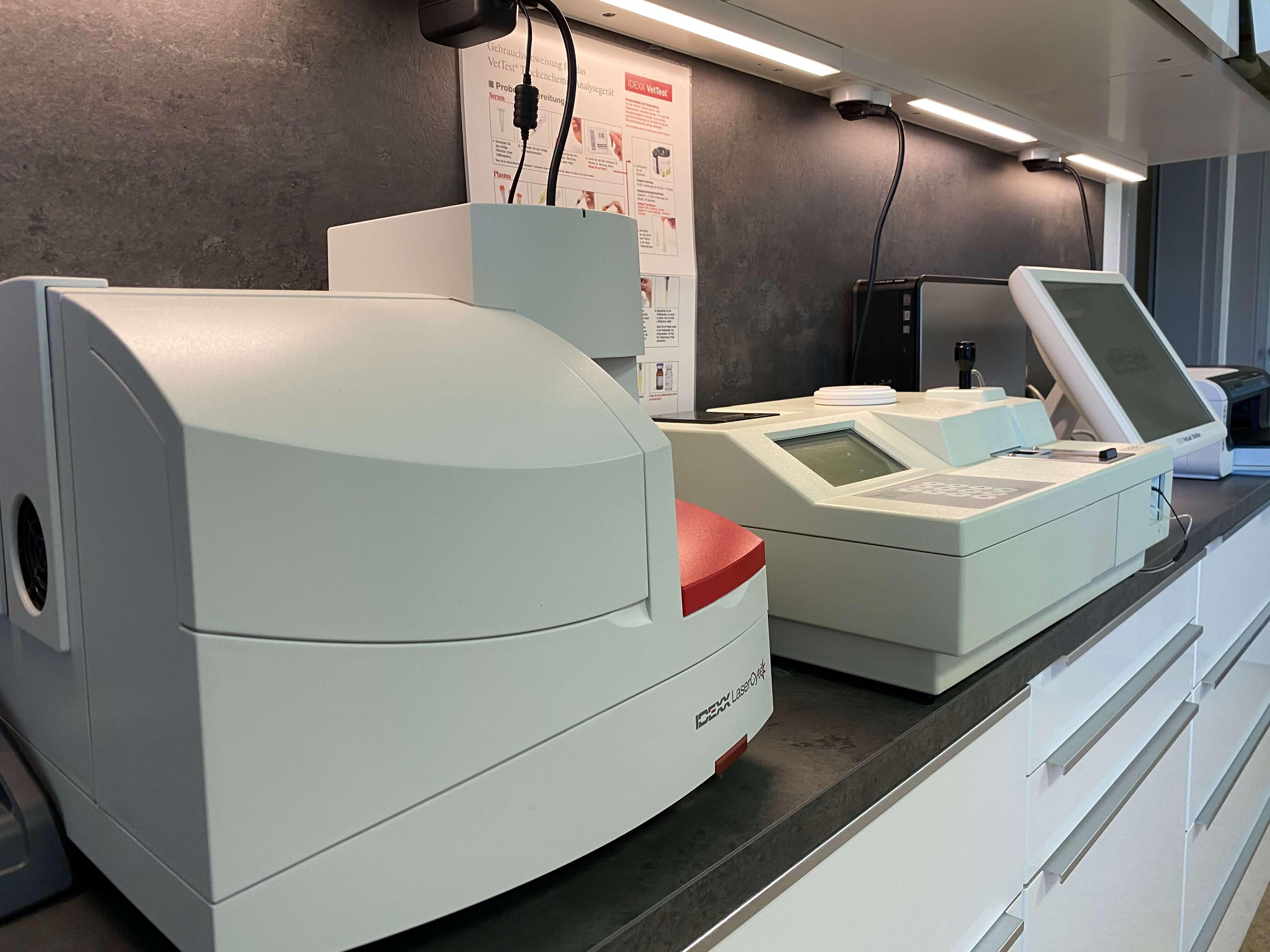 Laborgeräte für die Analyse von Blut- und Harnproben