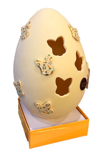 Huevo de Pascua elaborado con chocolate Valrhona decorados con mariposas.