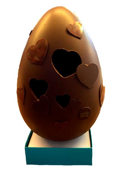 Huevo de pascua elaborado con chocolate de alta calidad Valrhona decorado con corazones