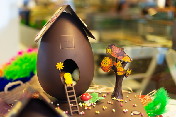 Huevo casita con chocolate Valrhona decorado interior con huevos mini y pollitos Nr.5 20 cm
