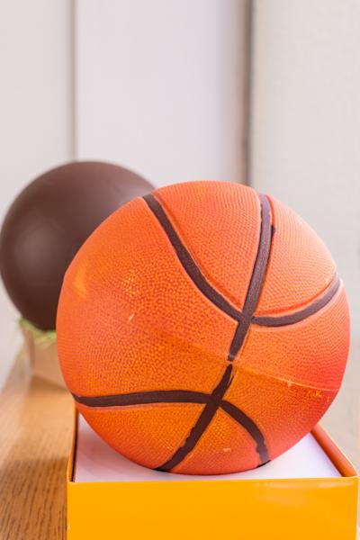 Pelota de basquet grande naranja de chocolate negro, blanco o con leche