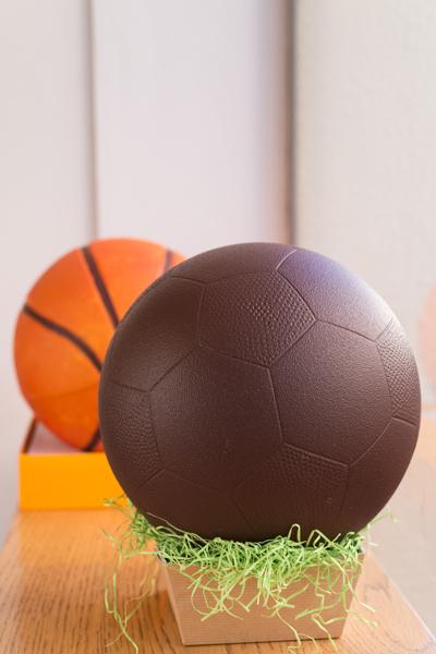 Pelota de fútbol pequeña de chocolate negro, blanco o con leche