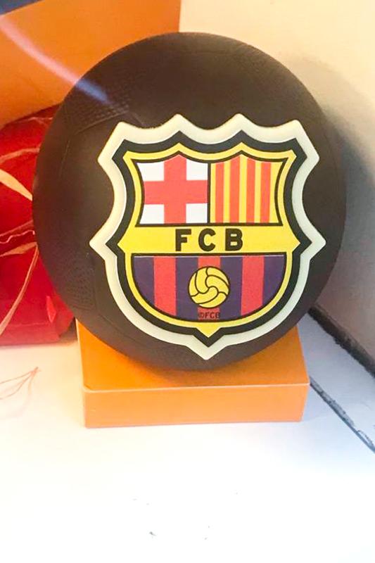 Escudo de club deportivo de chocolate. escoja el escudo para las pelotas