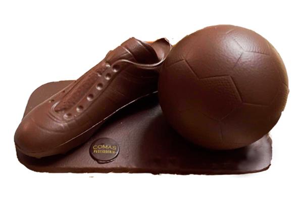 Bamba y pelota de fútbol de chocolate negro, blanco o con leche, disponible en dos tamaños. Opcional escudo deportivo.