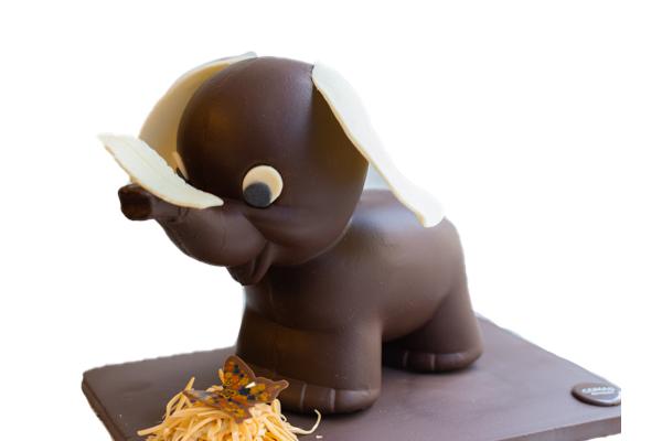Elefante pequeño de chocolate negro. blanco o con leche