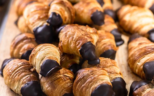 Croissant pequeño relleno de chocolate y puntas de chocolate.
