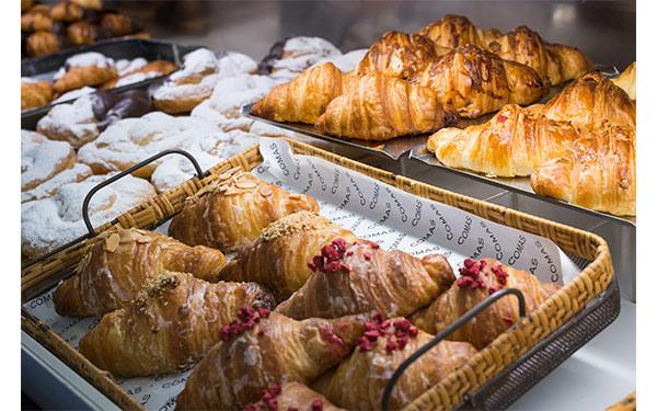 Croissant relleno de mezcla de almendra o avellana confitada en azúcar caramelizado