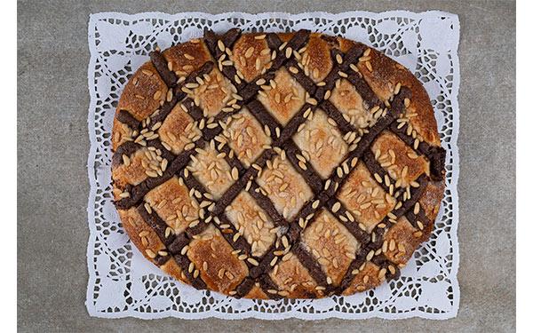 Briox con chocolate negro, aúcar y piñones. Deliciosa! Disponible en tres tamaños