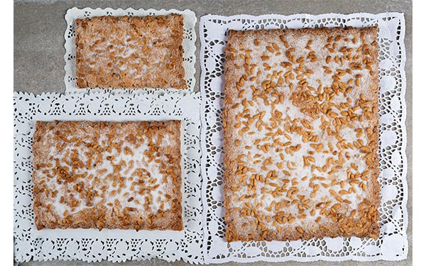 Hojaldre con chicharrones (llardons), piñones y azúcar Disponible en tres tamaños