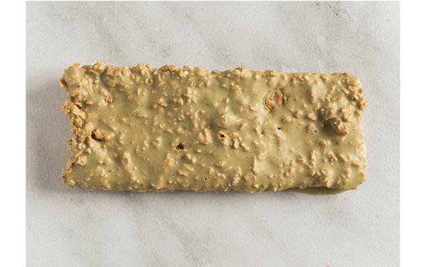 Chocolate blanco con praliné de pistacho, crujiente de sésamo y paillette de barquillo