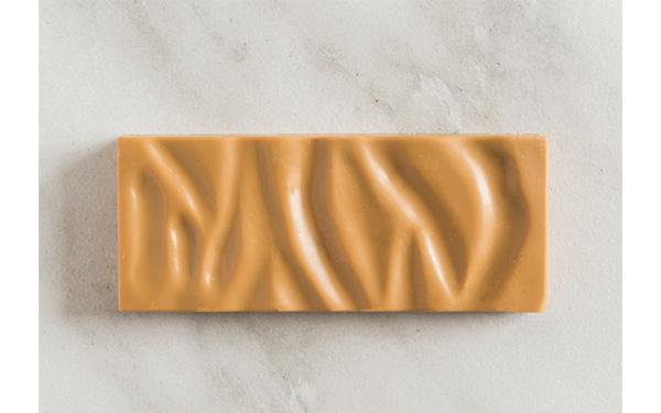 Chocolate tostado Dulcey 32%, de Valrhona con albaricoque, haba tonka y sarraceno. Barra grande.