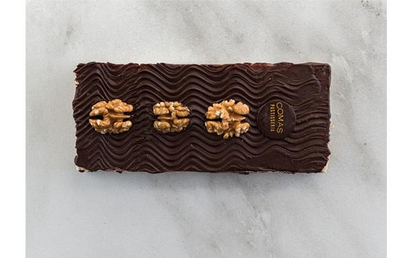 Mazapan con una capa de chocolate negro y nueces.