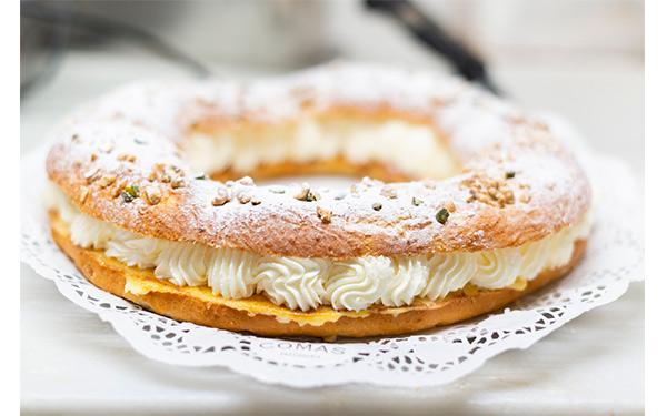 Brioix relleno de nata, decorado con frutos secos y azúcar glass, sin fruta. Haba y rey de sorpresa en el interior, corona para coronar al rey y tarjeta con mensaje tradicional.