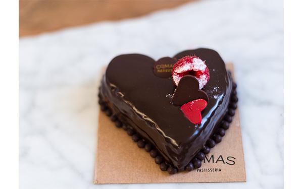 Bizcocho Sacher de cacao relleno de mermelada de frambuesa en forma de corazón