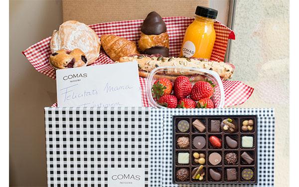 """Pack surtido de: un bocadillo con barrita n.2 de cereales, un croissant pequeño chocolate, un croissant pequeño normal, una ensaimada pequeña, una madalena frutos rojos, un zumo de naranja natural, un bol de fresas naturales, una caja de Bombones y una caja de regalo. """"Recuerda escribirle tu mensaje en Observaciones!"""""""