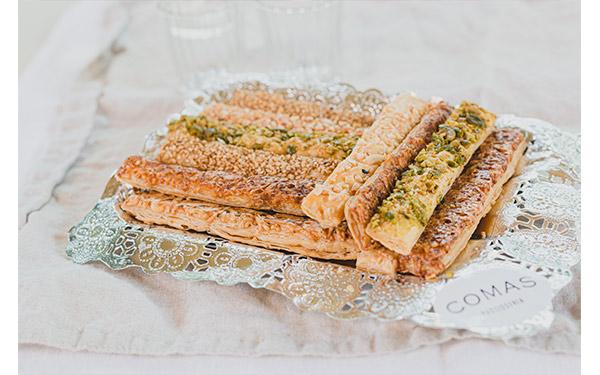 Surtido de bastones de hojaldre salados variados: queso, sobrasada, sésamo... Bolsas 180 gr.