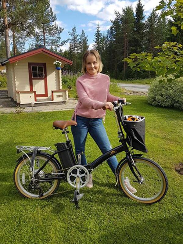 Sanna med sin elcykel