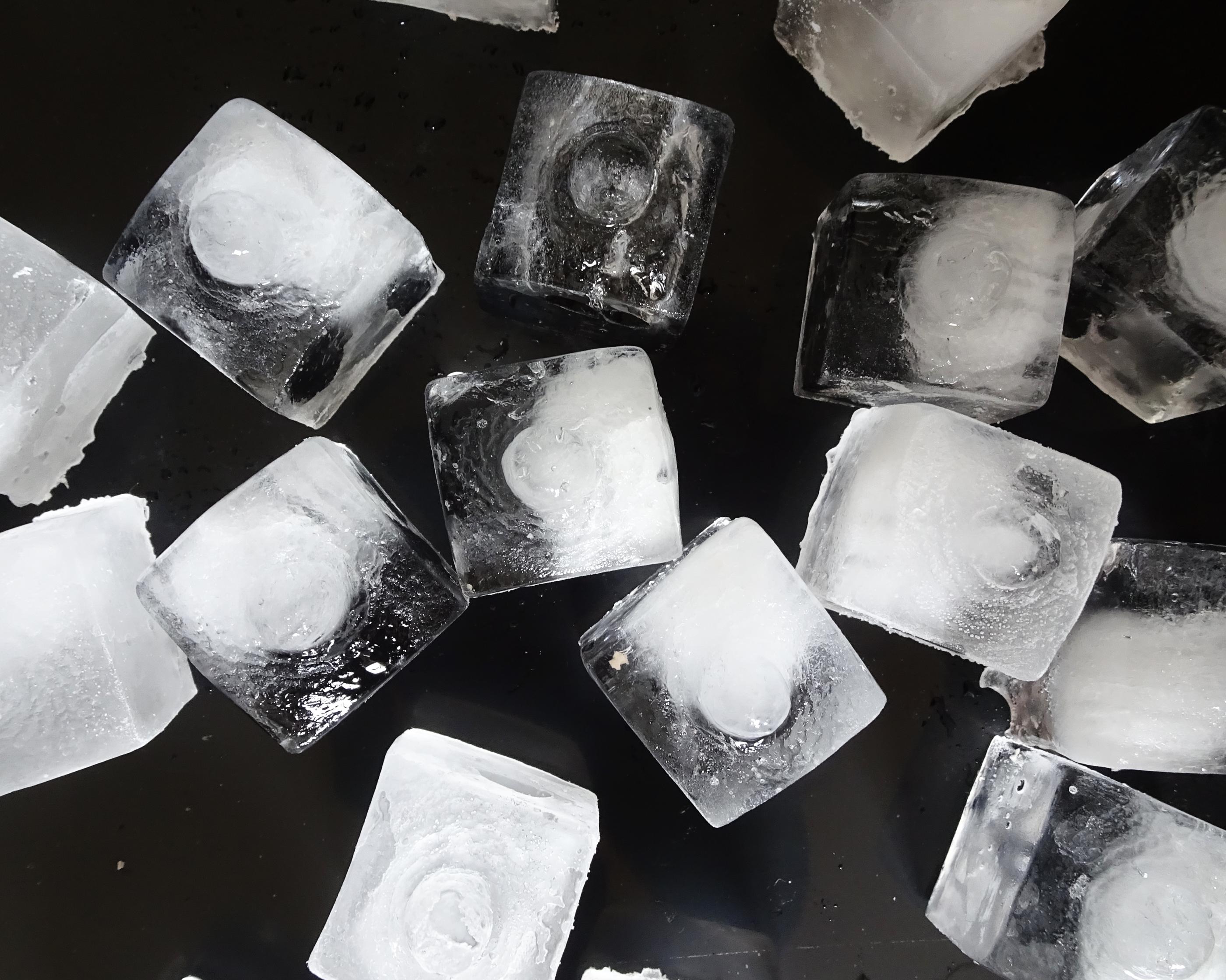 Boobend - ein Eiswürfelbehälter, eine Bachform oder Silikonform für Pralinés.
