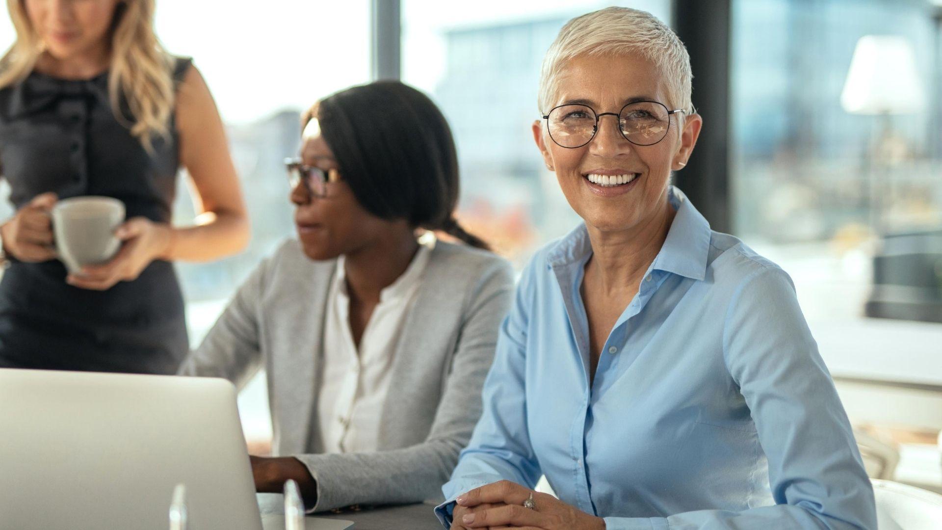 Laechelnde Frau waehrend Unternehmens Leadership Coaching
